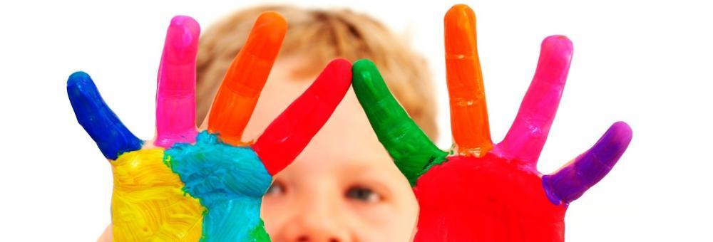 pomalowane rece dziecka